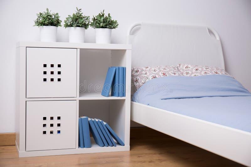 Muebles Blancos En Dormitorio Adolescente Imagen de archivo - Imagen ...