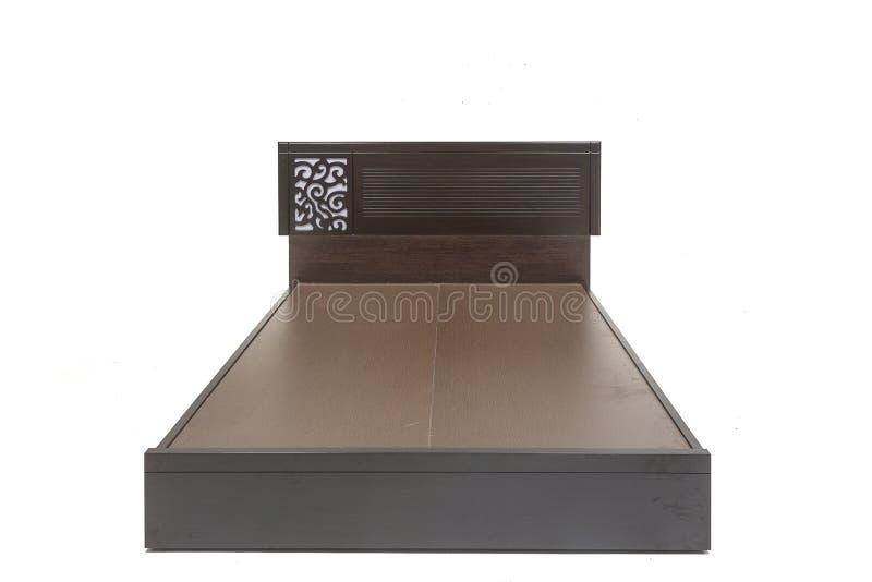 Muebles caseros modernos y contemporáneos, cama con hacia fuera el colchón, cama marrón del tamaño de la reina aislada con el fon imagenes de archivo