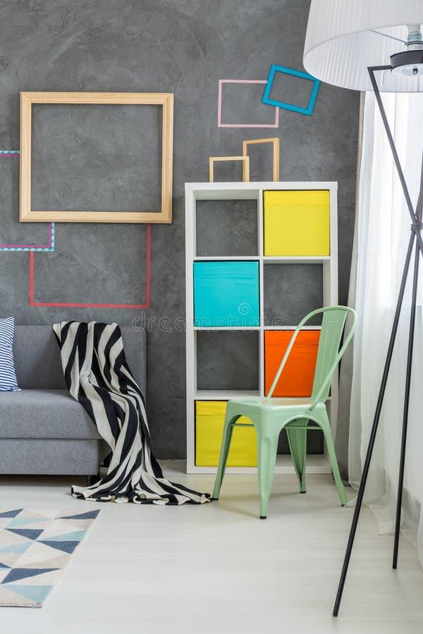 Muebles coloreados en el cuarto foto de archivo