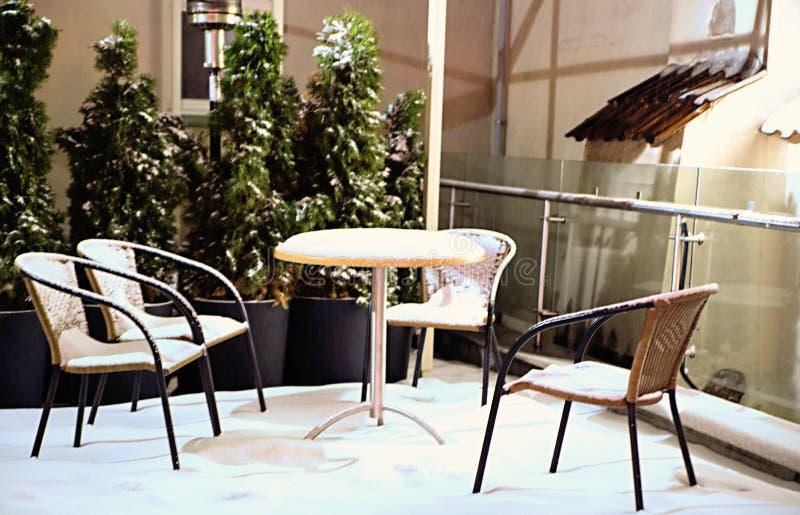 Muebles Cubiertos Con Nieve En La Tarde Foto de archivo - Imagen de ...