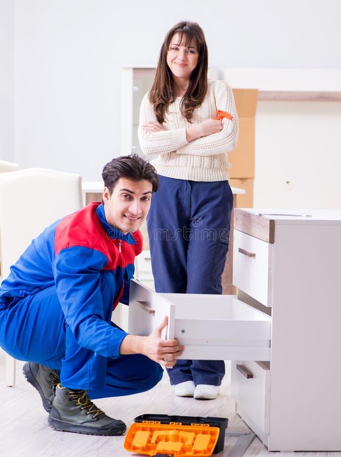 Muebles de junta del reparador del contratista debajo del supervisio de la mujer fotos de archivo
