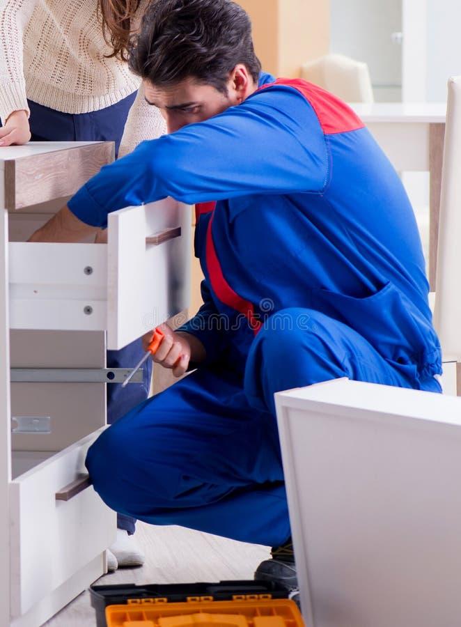 Muebles de junta del reparador del contratista debajo del supervisio de la mujer imagen de archivo