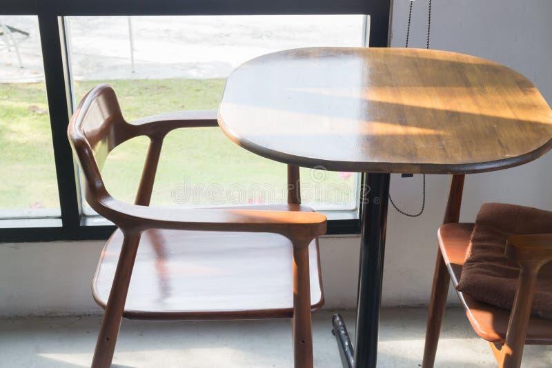 Muebles de madera interiores de la cafetería de la calle foto de archivo libre de regalías