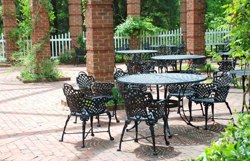 Muebles del hierro labrado en patio airoso