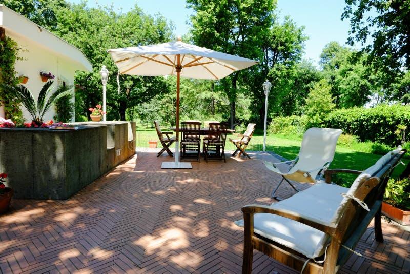 Muebles del jardín del patio imagen de archivo