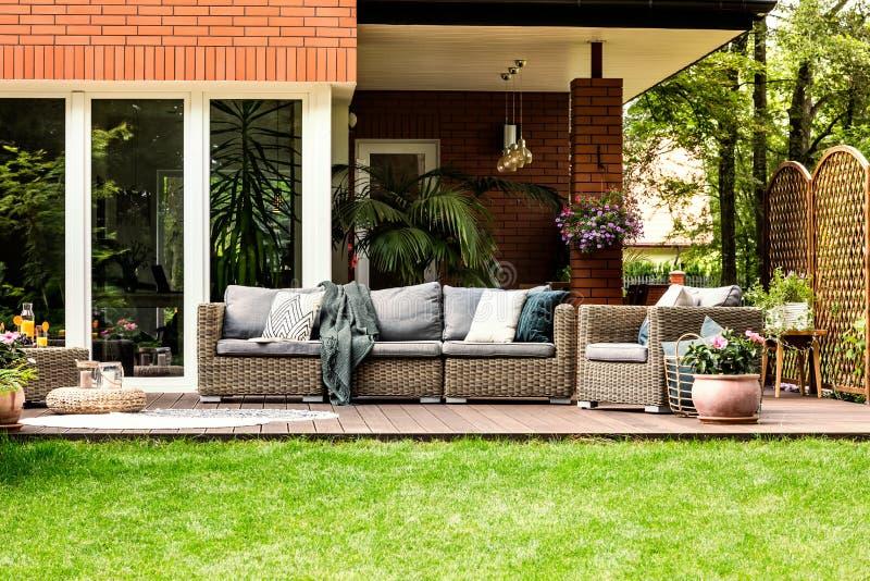 Muebles del jardín en el verano foto de archivo