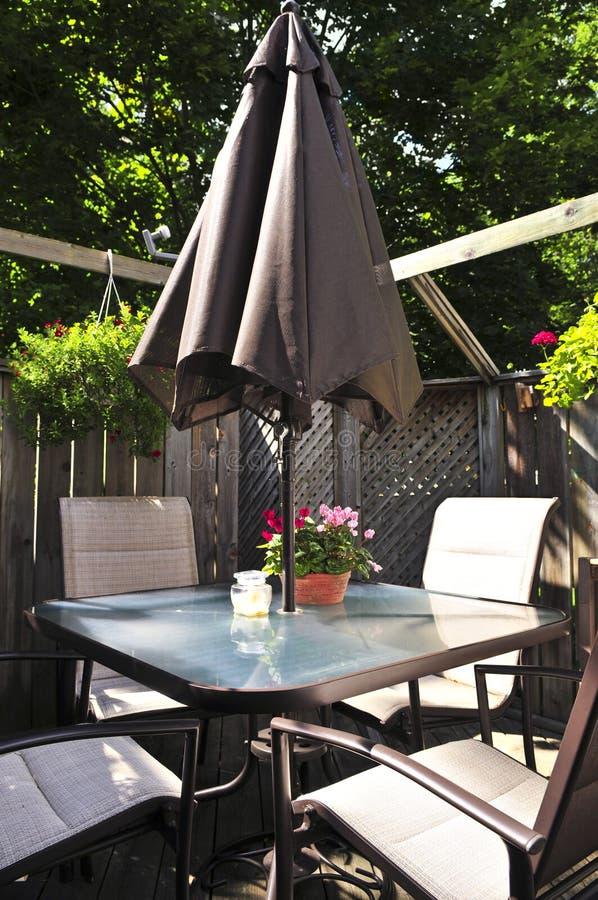 Muebles del patio en una cubierta imagen de archivo libre de regalías