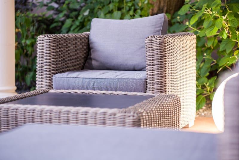 Muebles elegantes del jardín de la rota foto de archivo libre de regalías