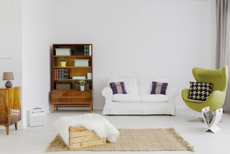 Muebles elegantes en un contemporáneo plano foto de archivo libre de regalías