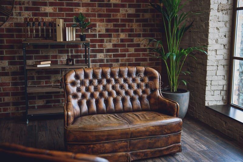 Muebles en sitio marrón espacioso fotografía de archivo