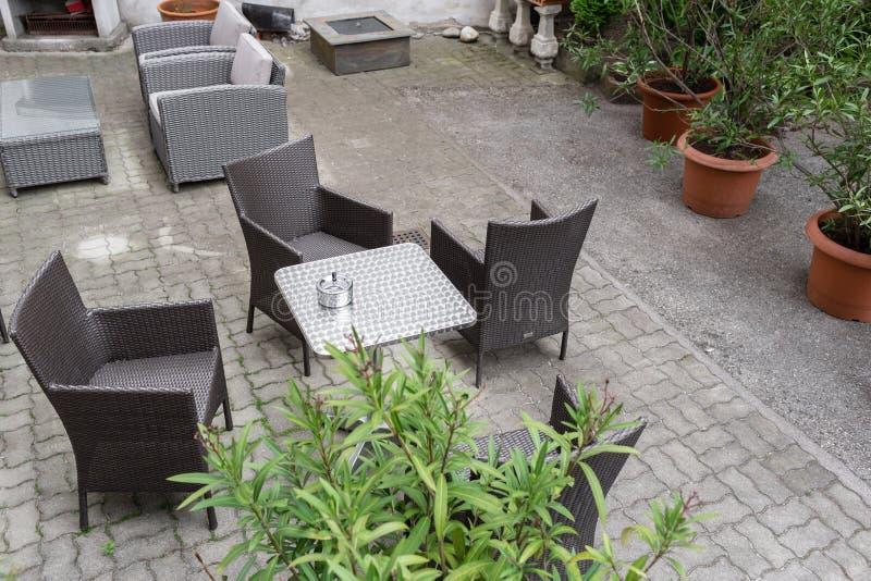 Muebles Grises Del Jardín Con Las Flores En Potes En Terraza