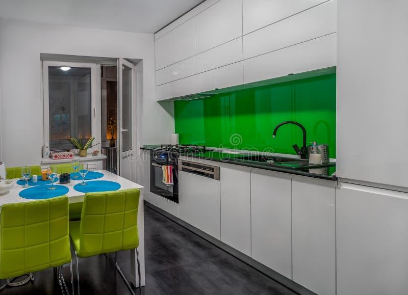 Muebles Modernos Para Una Pequeña Cocina Imagen de archivo - Imagen ...