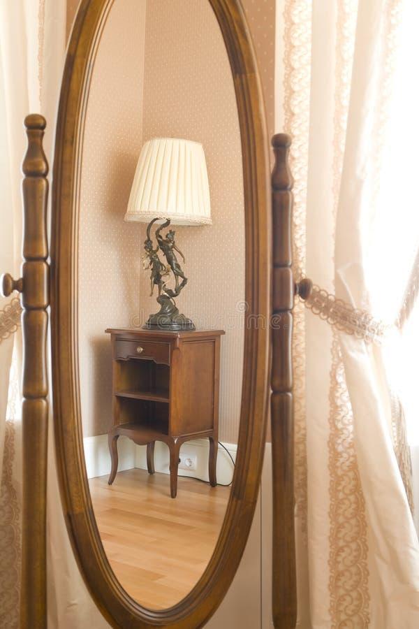 Muebles reflejados en un espejo imagen de archivo