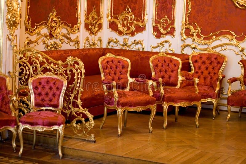 Muebles rojos viejos foto de archivo