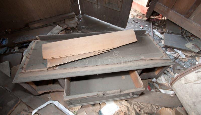 Muebles Trashed en sitio fotografía de archivo
