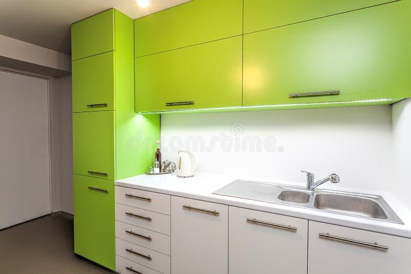 Muebles verdes de la cocina fotografía de archivo