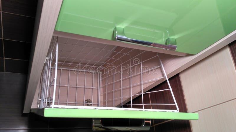 Muebles verdes del cuarto de baño con las manijas de acero inoxidables foto de archivo