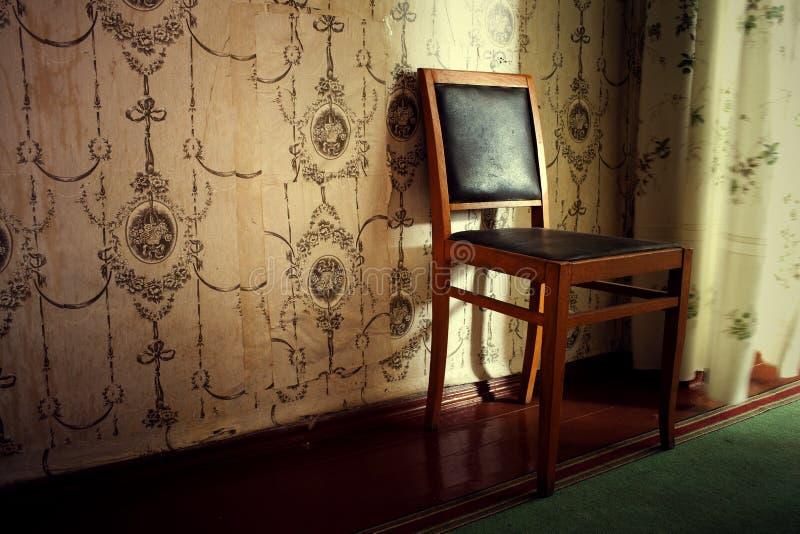 Muebles viejos en el cuarto imágenes de archivo libres de regalías