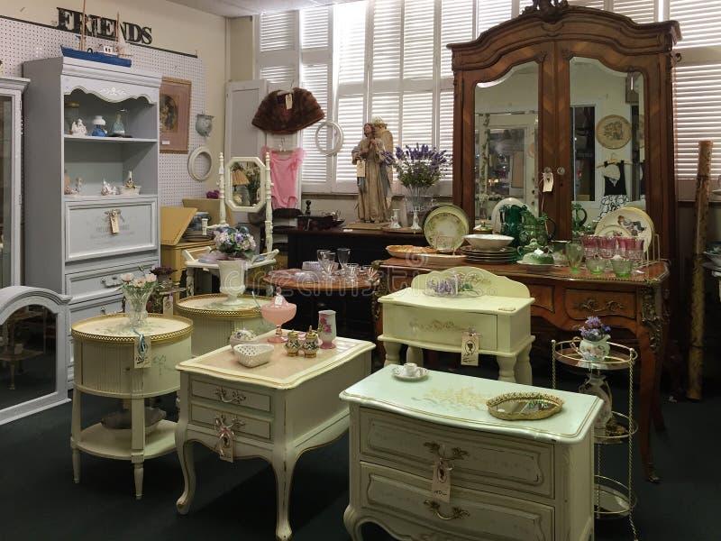 Muebles Viejos Para La Venta En La Tienda Antigua Imagen de archivo ...