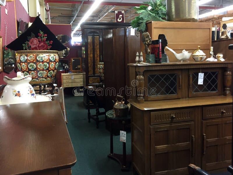 Muebles Viejos Para La Venta En La Tienda Ventajosa Fotografía ...