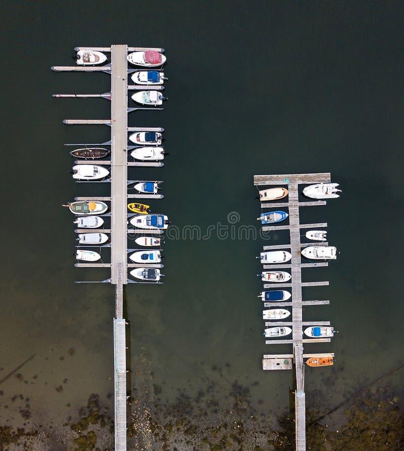Muelle con los barcos vistos del aire fotos de archivo libres de regalías