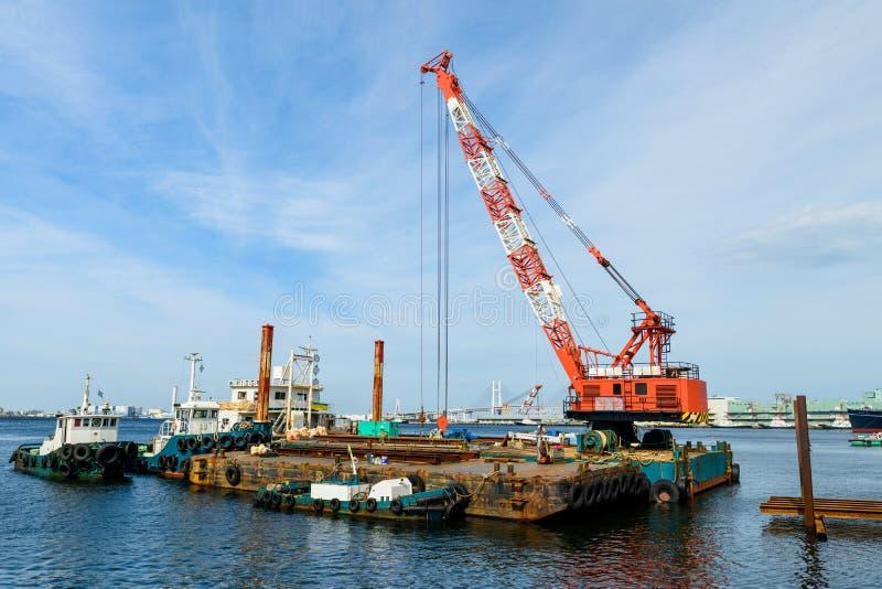 Muelle de la nave con la grúa en el emplazamiento de la obra imagen de archivo libre de regalías