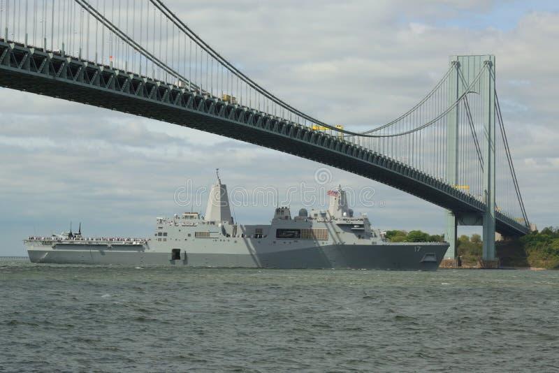 Muelle de la plataforma del aterrizaje de USS San Antonio de la marina de guerra de Estados Unidos durante el desfile de naves en fotos de archivo