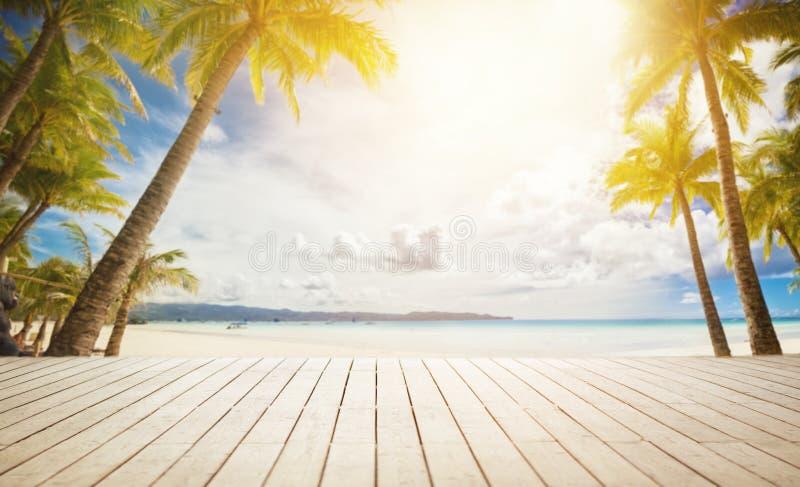 Muelle de madera con el fondo tropical fotografía de archivo libre de regalías