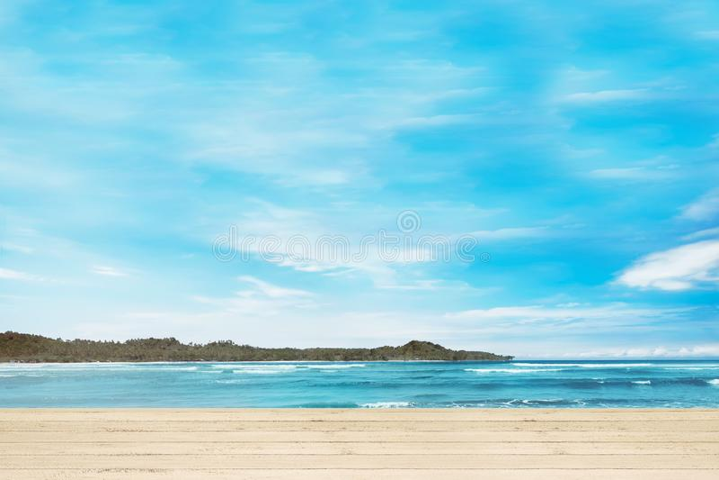 Muelle de madera con vista al mar azul imagen de archivo libre de regalías