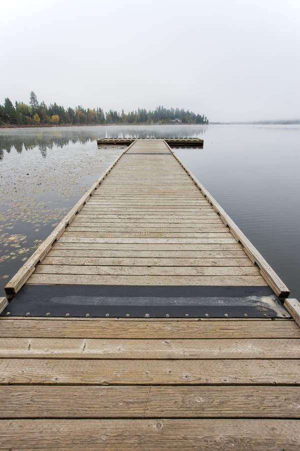 Muelle de madera en el lago. imagen de archivo libre de regalías