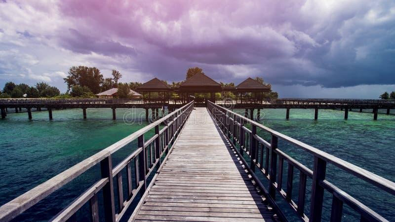 Muelle de madera de la playa o embarcadero de madera en la playa tropical hermosa foto de archivo