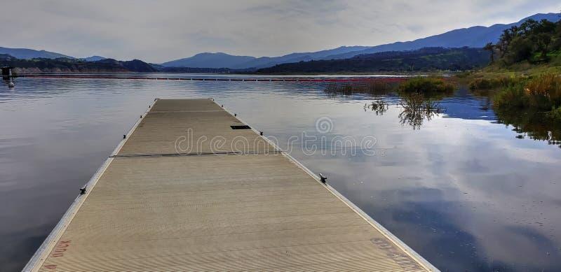 Muelle del barco de Cachuma del lago que muestra el agua llena en California meridional fotos de archivo