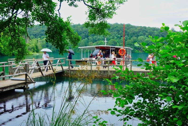 Muelle del barco de los lagos Plitvice, Croacia imágenes de archivo libres de regalías