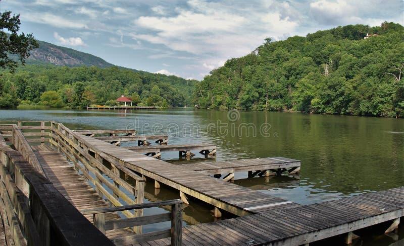 Muelle del barco del señuelo del lago imagen de archivo