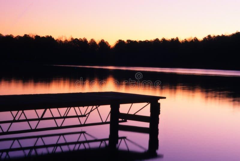 Muelle del barco en la puesta del sol imagen de archivo