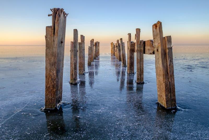 Muelle del barco en un lago congelado imágenes de archivo libres de regalías