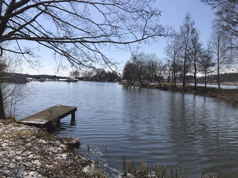 Muelle del bote pequeño en invierno foto de archivo