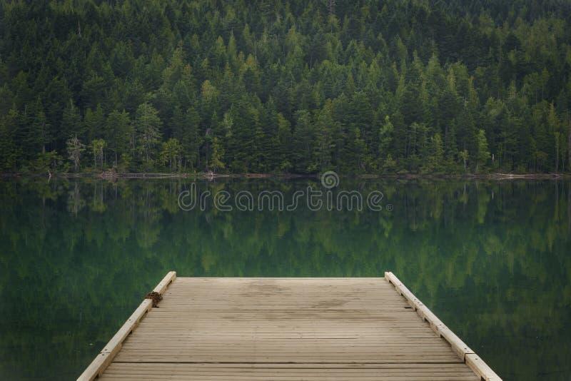 Muelle en el lago Clearwater, Wells Gray Provincial Park, Thomp del norte imágenes de archivo libres de regalías
