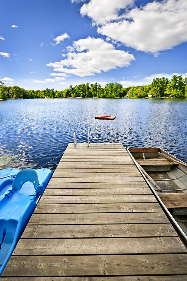 Muelle en el lago en país de la cabaña del verano fotografía de archivo libre de regalías