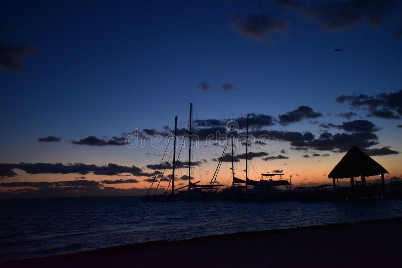 Muelle en el océano de Cancun en la salida del sol fotografía de archivo