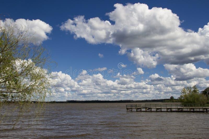 Muelle en el río imagen de archivo