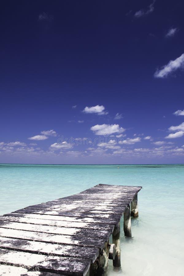 Muelle en paraíso fotos de archivo