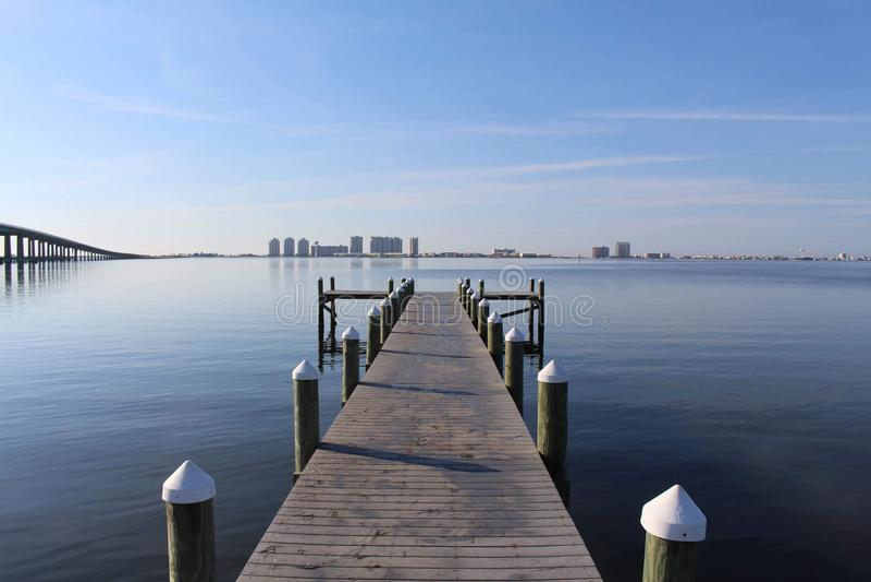 Muelle en Sunny Day tranquilo imagen de archivo libre de regalías