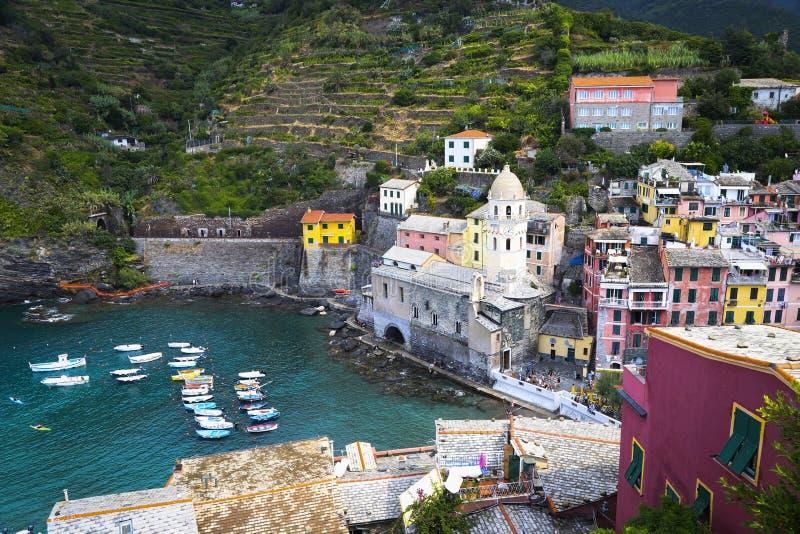 Muelle hermoso en el pueblo italiano viejo Vernazza Chinque Terre con las casas y los barcos coloridos brillantes fotos de archivo libres de regalías