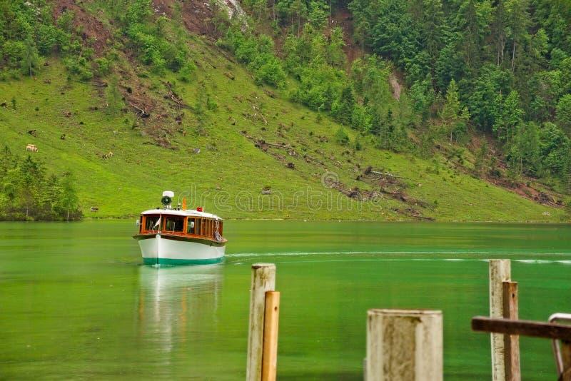 Muelle inminente del barco de la excursión del lago fotografía de archivo libre de regalías
