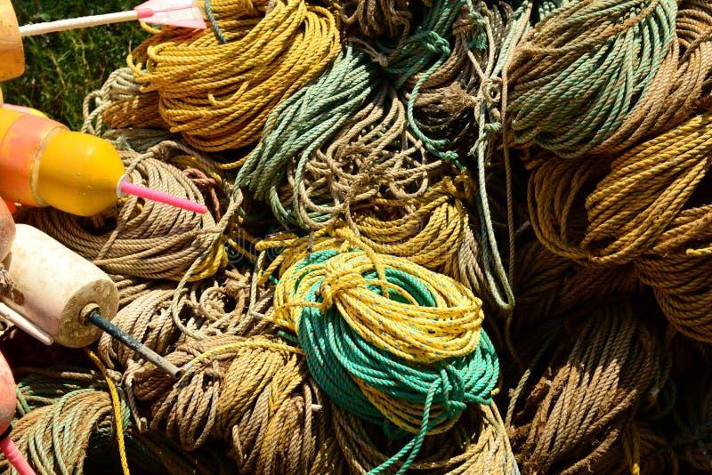 Muelle por completo de la cuerda usada en el comercio de la pesca imagenes de archivo