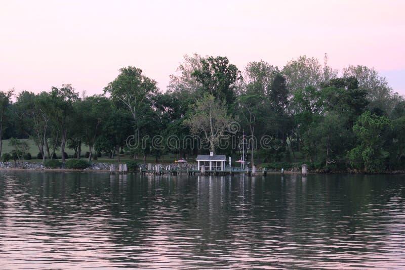 Muelle privado en el canal costal inter fotos de archivo
