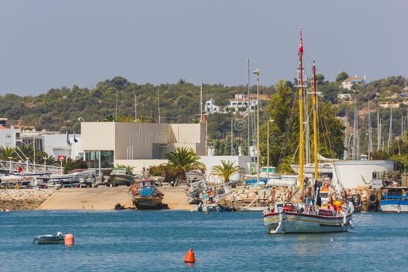 Muelle, puerto, embarcadero, con los barcos en agua y tierra, Lagos, Portug imagen de archivo libre de regalías