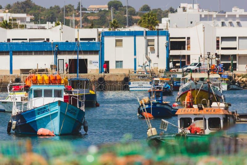 Muelle, puerto, embarcadero, con los barcos en agua y tierra, Lagos, Portug foto de archivo