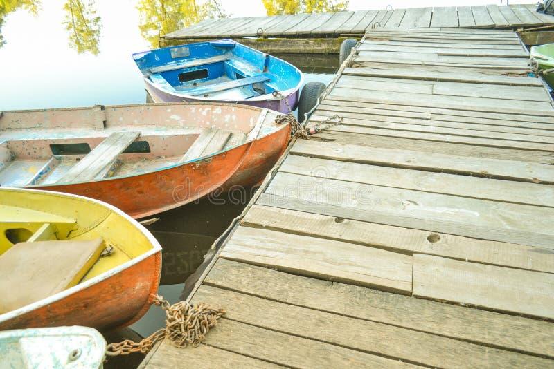 Muelle viejo de madera y las narices de barcos imagen de archivo